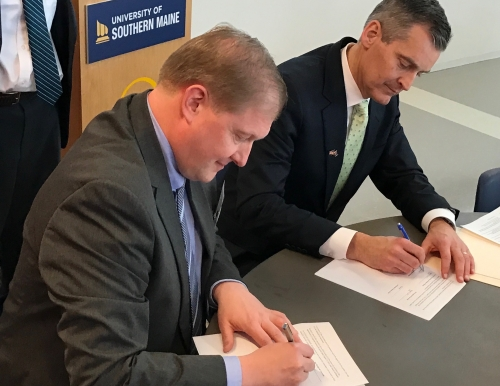 image of the two presidents signing the agreement